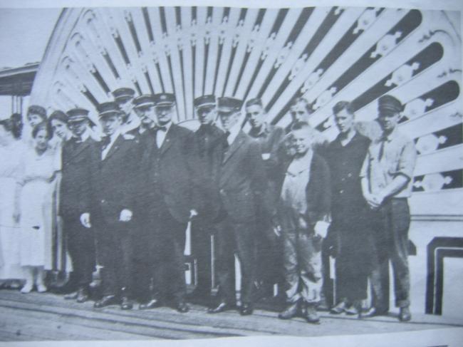 L'équipage devant la roue babord