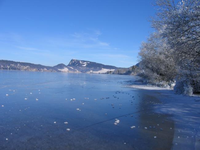 la Vallée et son lac gelé